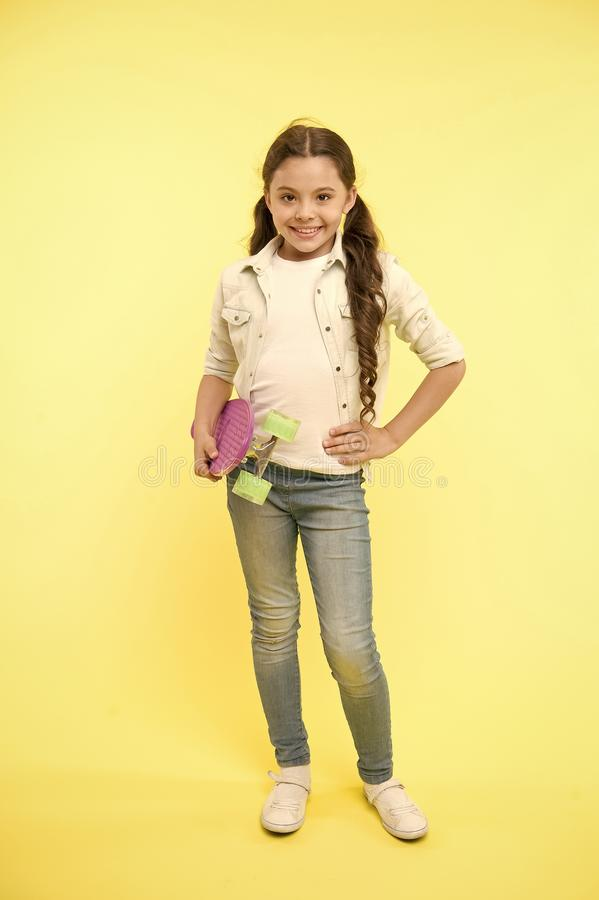 Dziecka chłodno i ufny podobieństw jeździć na deskorolce szczęśliwy radosny Dzieciak dziewczyny przypadkowy styl z cent deską cie fotografia royalty free