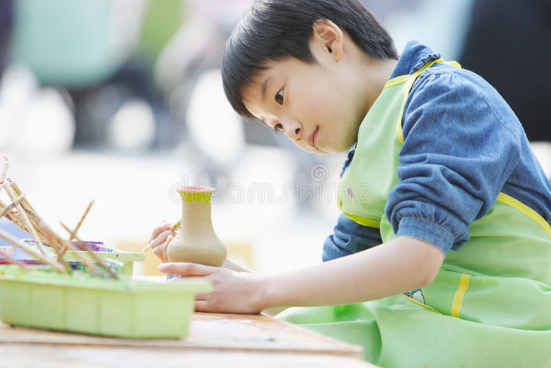 dziecka chińczyk dedykujący handwork robi obraz royalty free