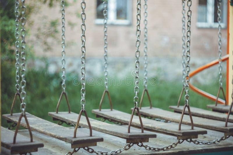 Dziecka chwiejnego zawieszenia linowy most na w górę boiska na zamazanym tle kosmos kopii leisure zdjęcia stock