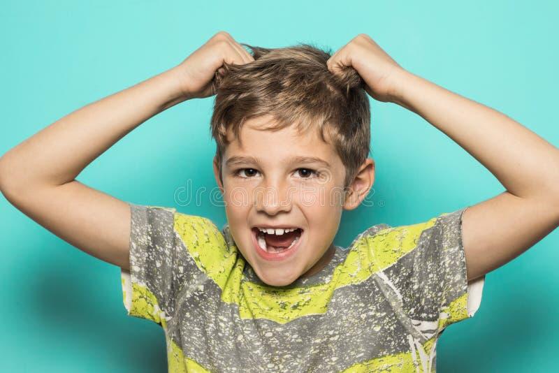 Dziecka ciągnięcie włosy zdjęcia stock