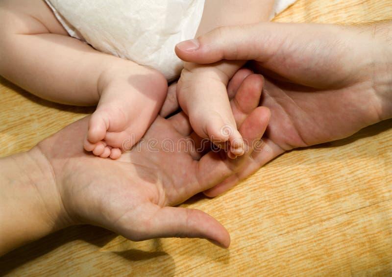 dziecka cieków ręk rodzice zdjęcie stock