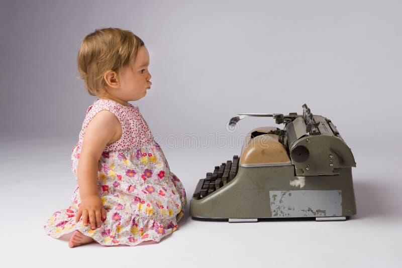 dziecka ciekawy dziewczyny główkowanie zdjęcia stock