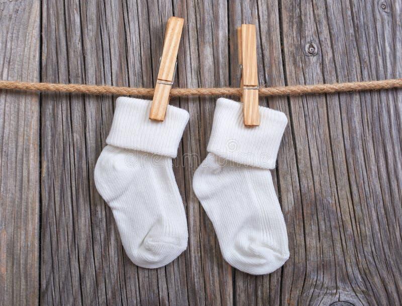 dziecka clothesline towarów target3455_1_ Dziecko białe skarpety na clothespin obrazy royalty free