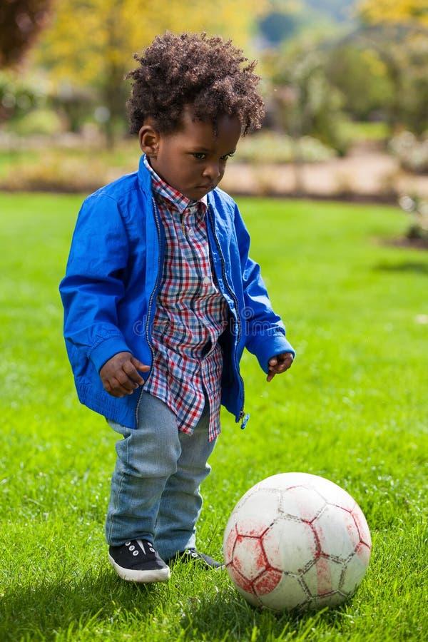 dziecka czarny plenerowa bawić się portreta piłka nożna obraz stock