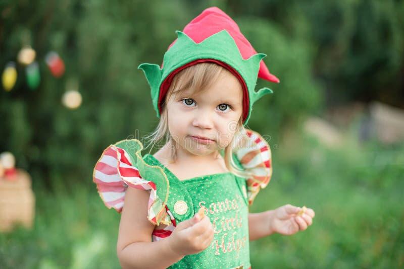 Dziecka czekać na boże narodzenia w drewnie w juli portret małe dzieci zbliża choinki ?wi?ta dekoruje dziewczyny drzewa obraz stock