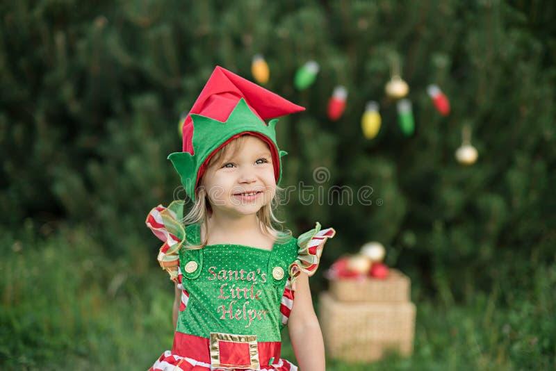 Dziecka czekać na boże narodzenia w drewnie w juli portret małe dzieci zbliża choinki ?wi?ta dekoruje dziewczyny drzewa zdjęcie royalty free