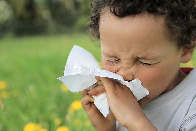 Dziecka dmuchania nos zdjęcie stock