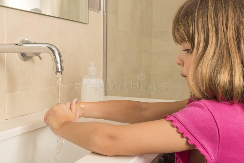 Dziecka domycia ręki fotografia stock