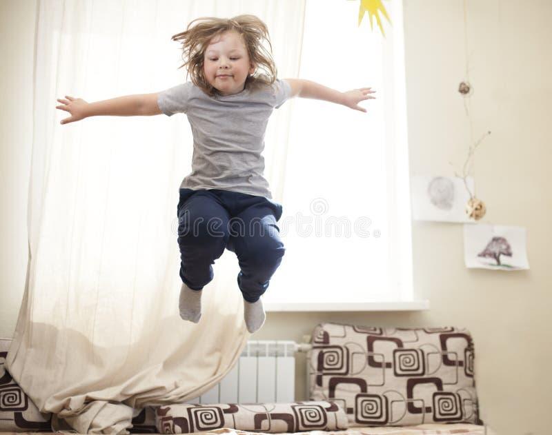 Dziecka doskakiwanie na łóżku w sypialni obrazy royalty free