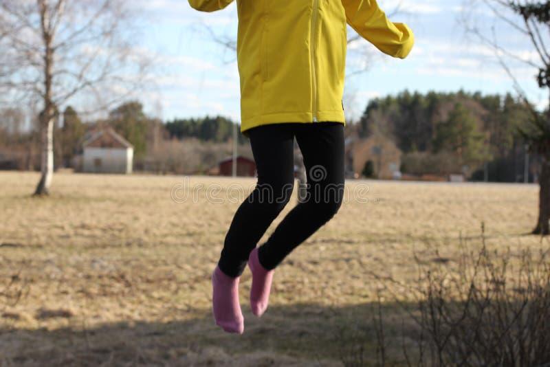 Dziecka doskakiwanie na trampoline fotografia stock
