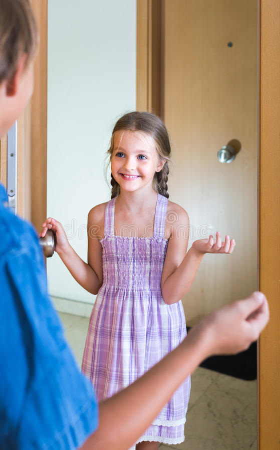 Dziecka dostawanie oczekiwał przyjaciela wnętrze w domu zdjęcie stock
