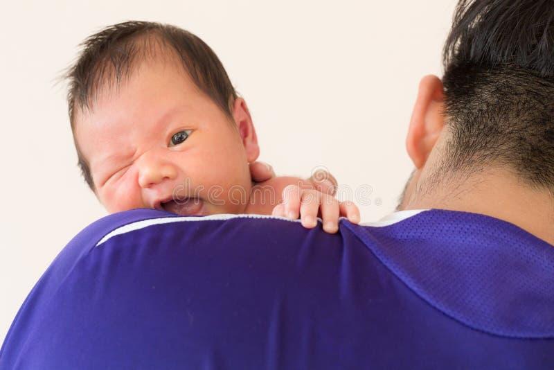 Dziecka dziecięcy ono uśmiecha się na ojca ramieniu zdjęcie royalty free
