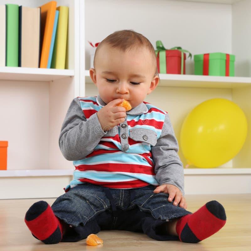 Dziecka dziecka łasowania mandarynki pomarańcze owoc obraz stock