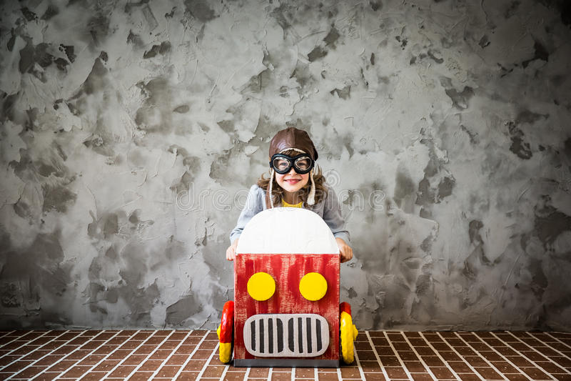 Dziecka jeżdżenie w samochodzie robić karton obrazy stock