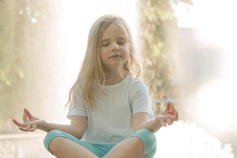 Dziecka joga Joga blisko wody obrazy stock