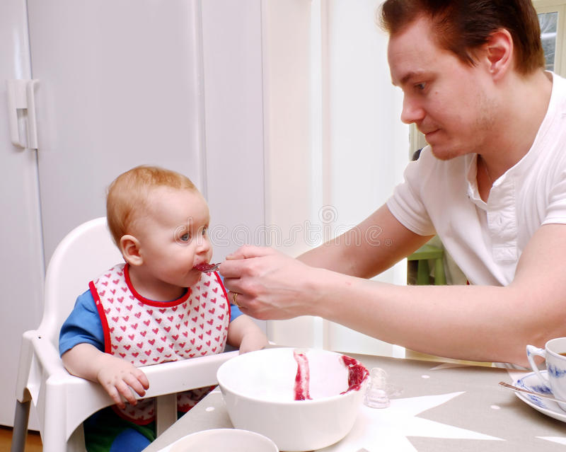 dziecka karmienia mężczyzna obraz stock