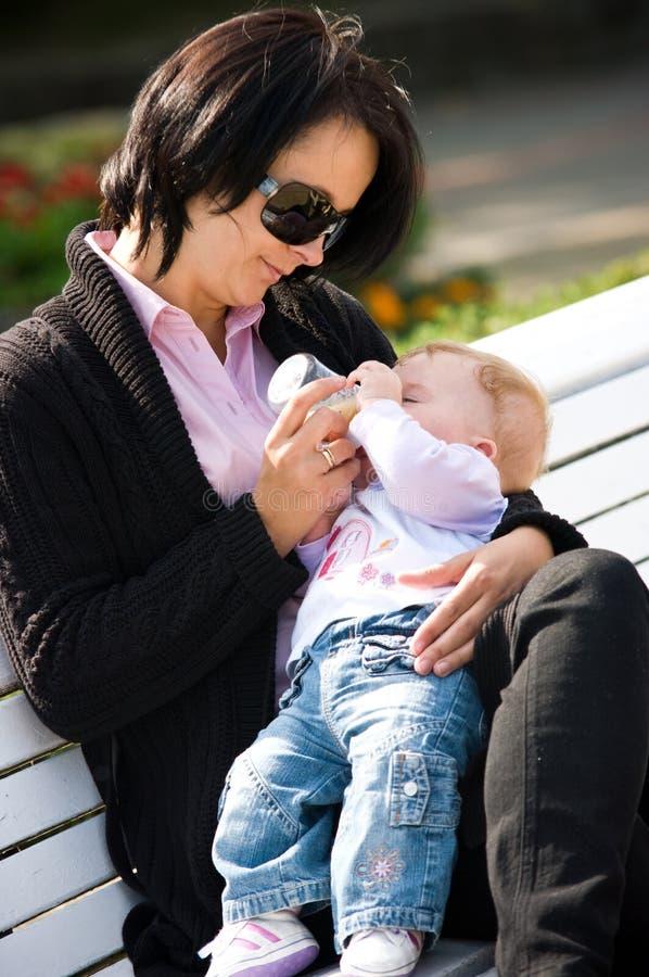 dziecka karmienia matka zdjęcie stock