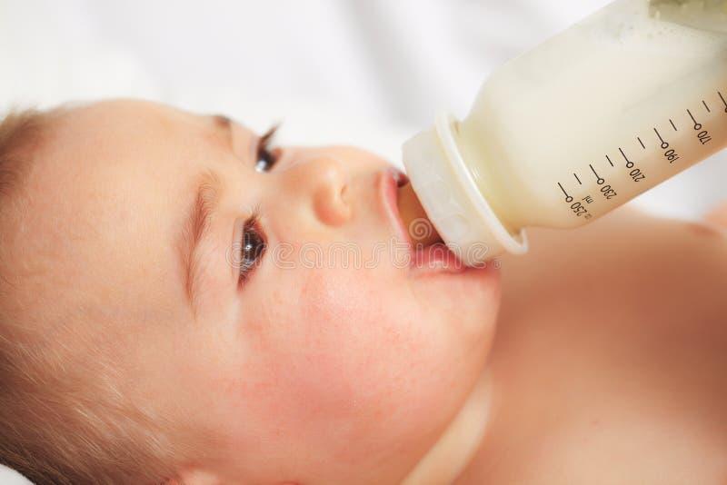 dziecka karmienie zdjęcia royalty free
