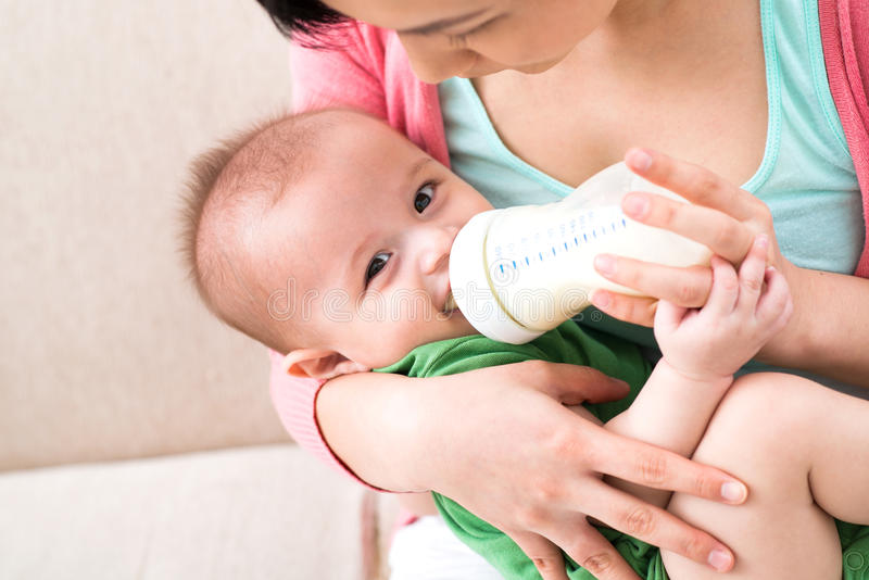 Dziecka karmienie obraz stock