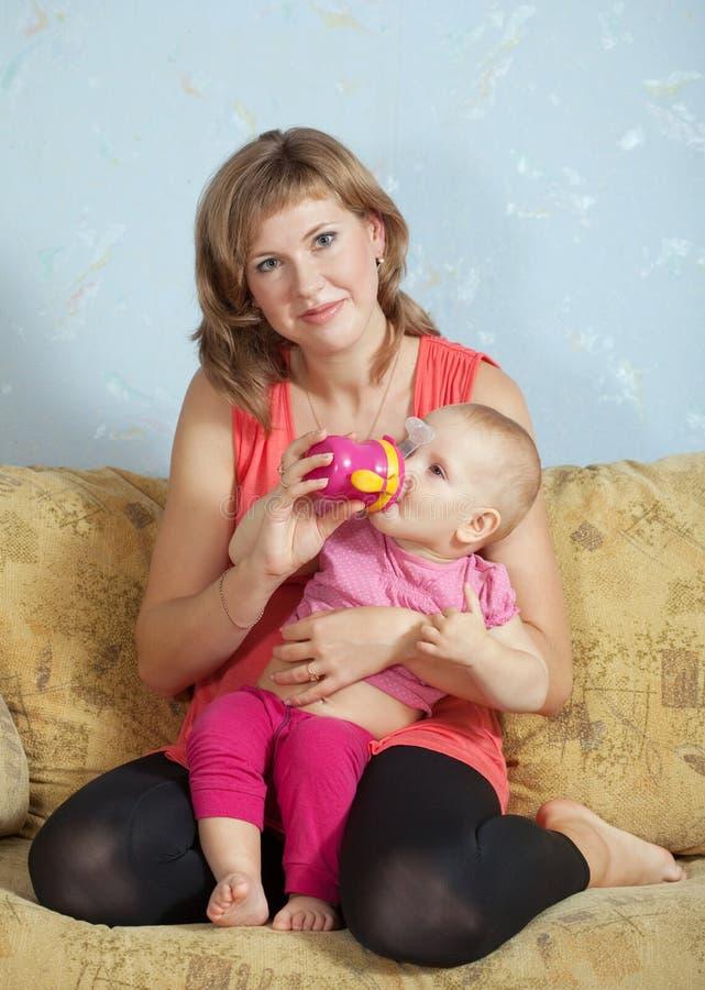 dziecka karmienie jej matka obraz royalty free