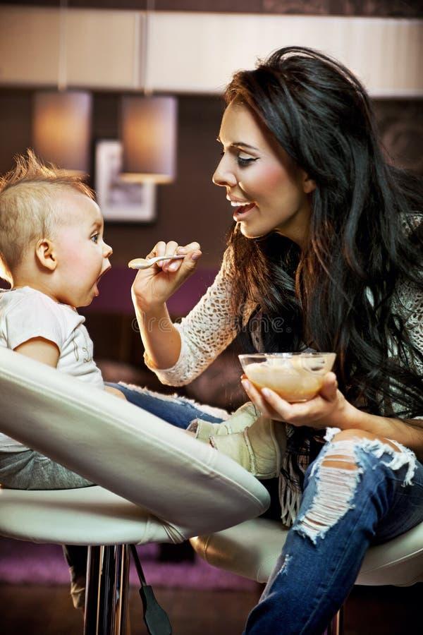 dziecka karmienie jej mum fotografia stock