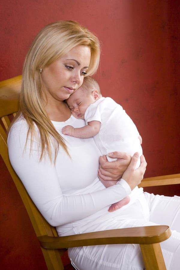 Download Dziecka Krzesła Mienia Matki Nowonarodzony Target2134_0_ Zdjęcie Stock - Obraz złożonej z zawartość, czerwień: 13329892