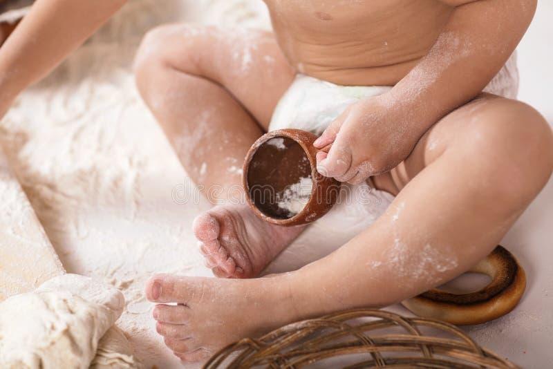 Dziecka kursowanie z mąką zdjęcia stock