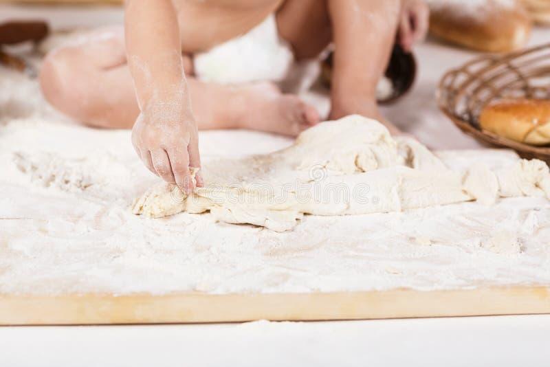 Dziecka kursowanie z mąką zdjęcie royalty free