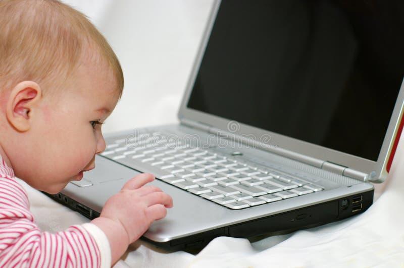 dziecka laptopu działanie obrazy royalty free