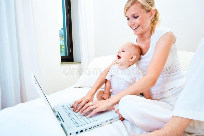 dziecka laptopu matka zdjęcia stock