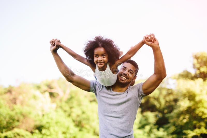 Dziecka latanie na ojców ramionach zdjęcia royalty free