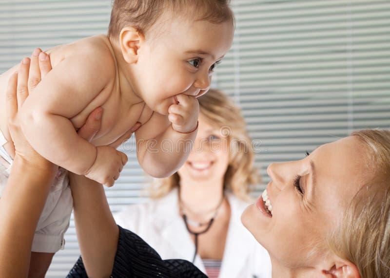 dziecka lekarki szpitala matka zdjęcie stock