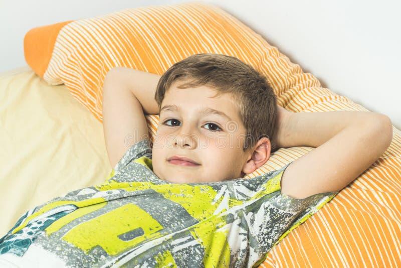 Dziecka lying on the beach w łóżku z oczami otwiera obraz royalty free