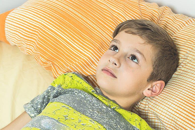 Dziecka lying on the beach w łóżku z oczami otwiera zdjęcia royalty free