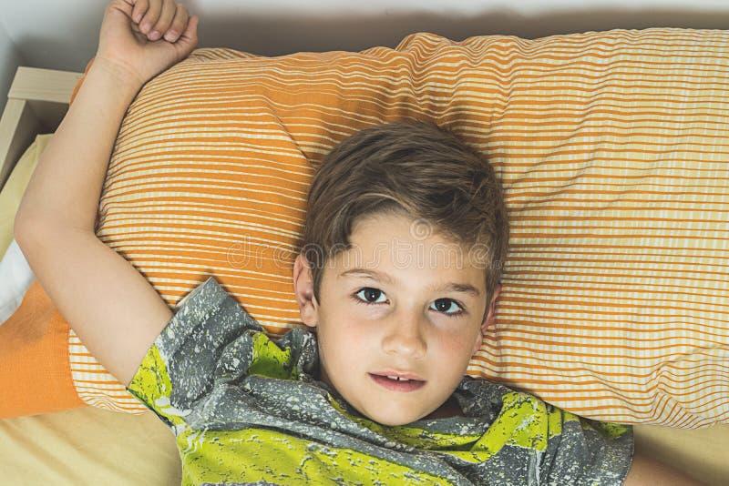Dziecka lying on the beach w łóżku z oczami otwiera fotografia royalty free