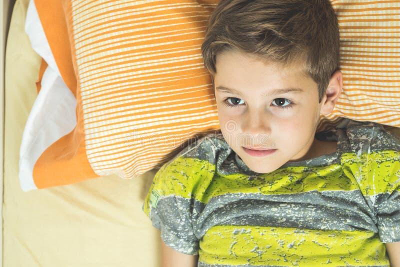 Dziecka lying on the beach w łóżku z oczami otwiera zdjęcia stock