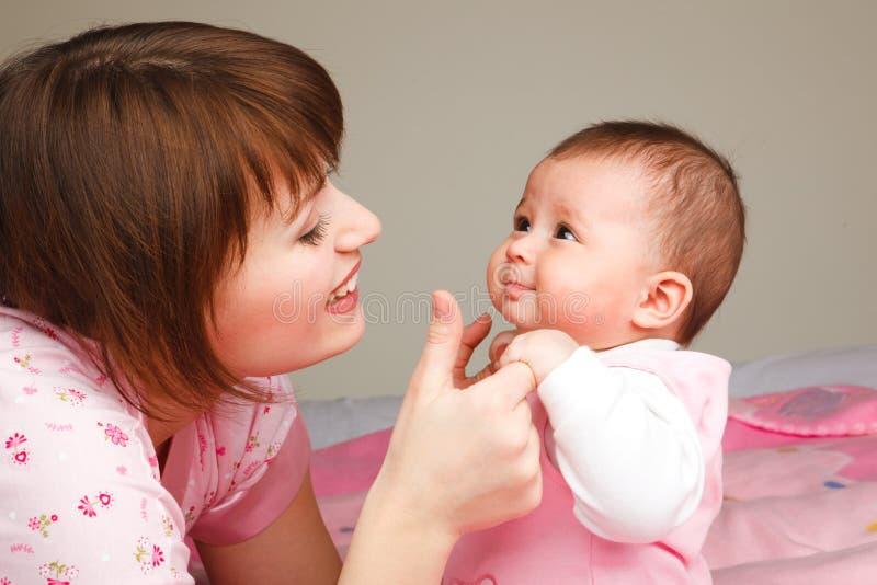 dziecka matki bawić się obrazy royalty free