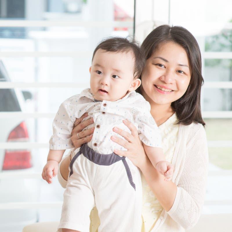 dziecka mienia matki syn obraz royalty free