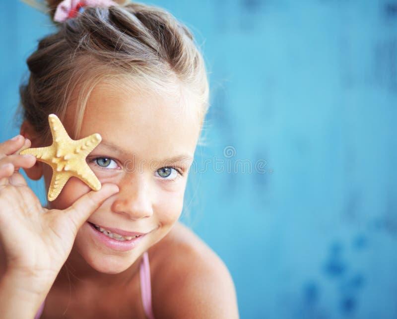 Dziecka mienia seashell obrazy royalty free