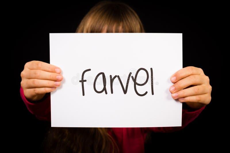 Dziecka mienia znak z Duńskim słowem Farvel - walkower obrazy stock