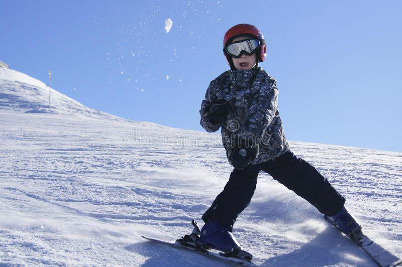 Dziecka miotania i narciarstwa snowball obrazy royalty free