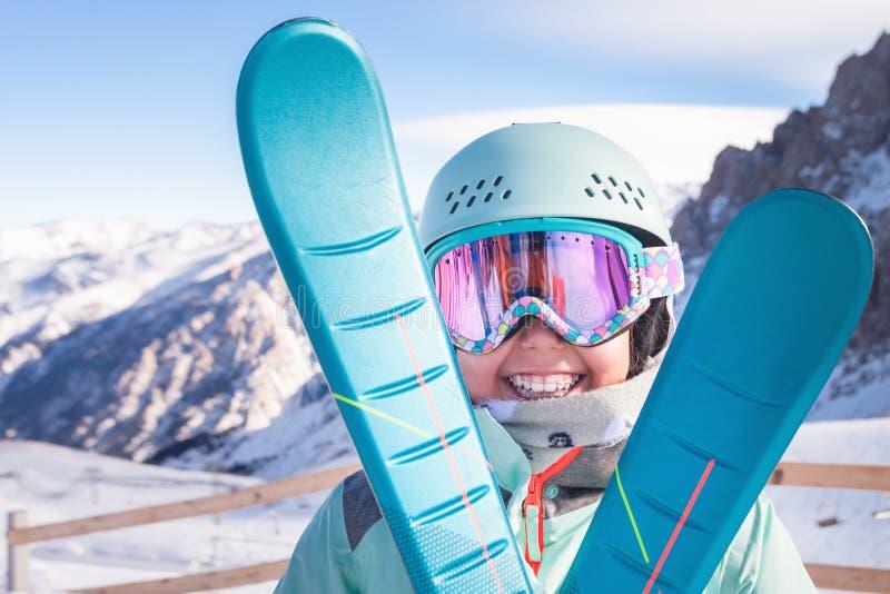 Dziecka narciarstwo w górach Aktywny berbecia dzieciak z zbawczym hełmem Żartuje narciarską lekcję w wysokogórskiej szkole obrazy royalty free