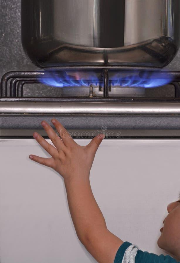 Dziecka niebezpieczeństwa benzynowa kuchenka fotografia stock