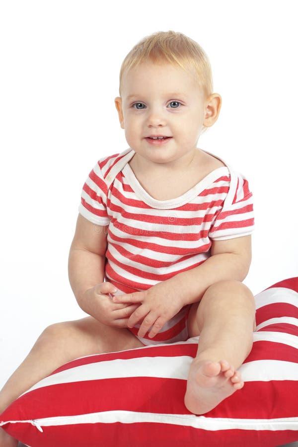 Dziecka obsiadanie na poduszce obrazy stock