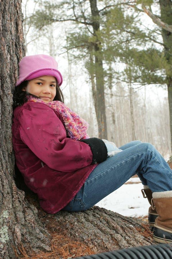 Dziecka obsiadanie pod drzewem outdoors w zimie obrazy royalty free