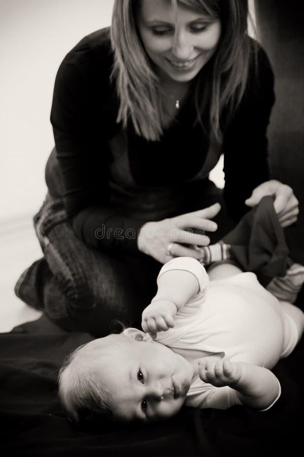 dziecka opatrunku matki syn zdjęcia stock