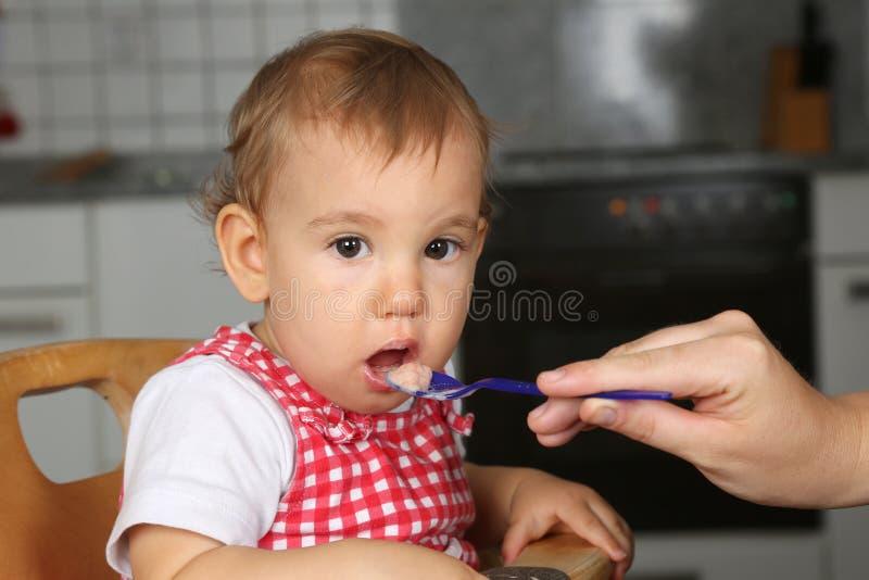 Dziecka otwarcia usta, macierzysty karmienie ja z owsianką fotografia stock