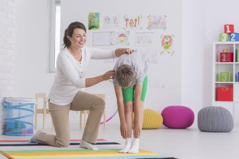 Dziecka physiotherapist pracuje z pacjentem obrazy royalty free