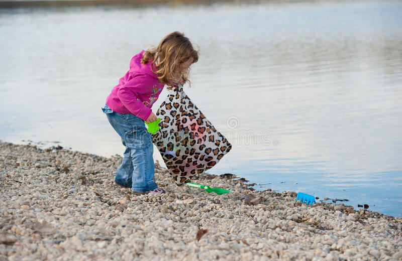 dziecka plażowa cleaning dziewczyna trochę obraz royalty free