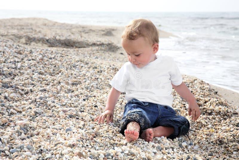 dziecka plażowy chłopiec cukierki obraz stock